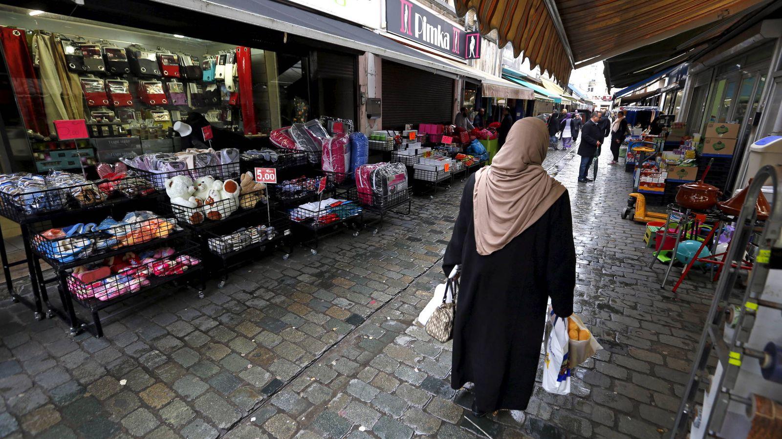 Foto: Una mujer belga camina por el barrio de Molenbeek, en Bruselas. (Reuters)