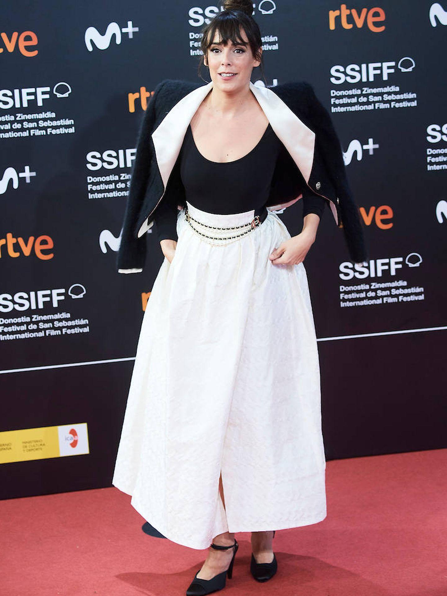 Belén Cuesta con look Chanel compuesto por top negro, falda larga de seda en color blanco y chaqueta bicolor. (Limited Pictures)