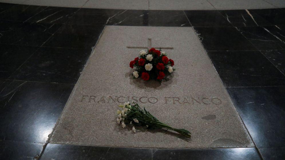 Foto: Flores en la tumba de FRanco en el Valle de los Caídos. RUETERS