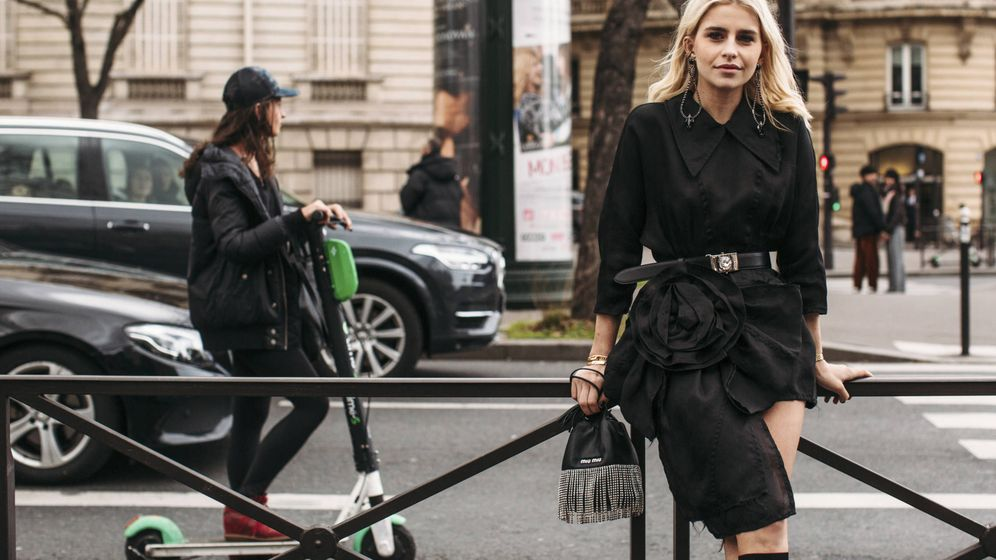 Foto: La influencer Caroline Daur posa en las calles de París con un total look negro. (Imaxtree)