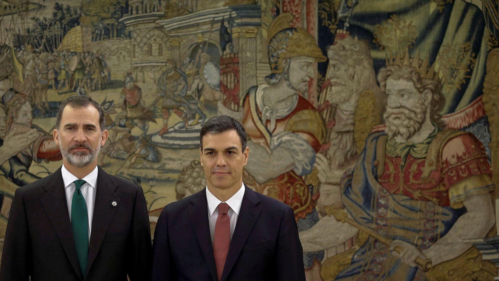 Foto: Pedro Sánchez posa para los fotógrafos con el rey Felipe VI tras tomar posesión de su cargo en la Zarzuela, este 2 de junio. (Reuters)
