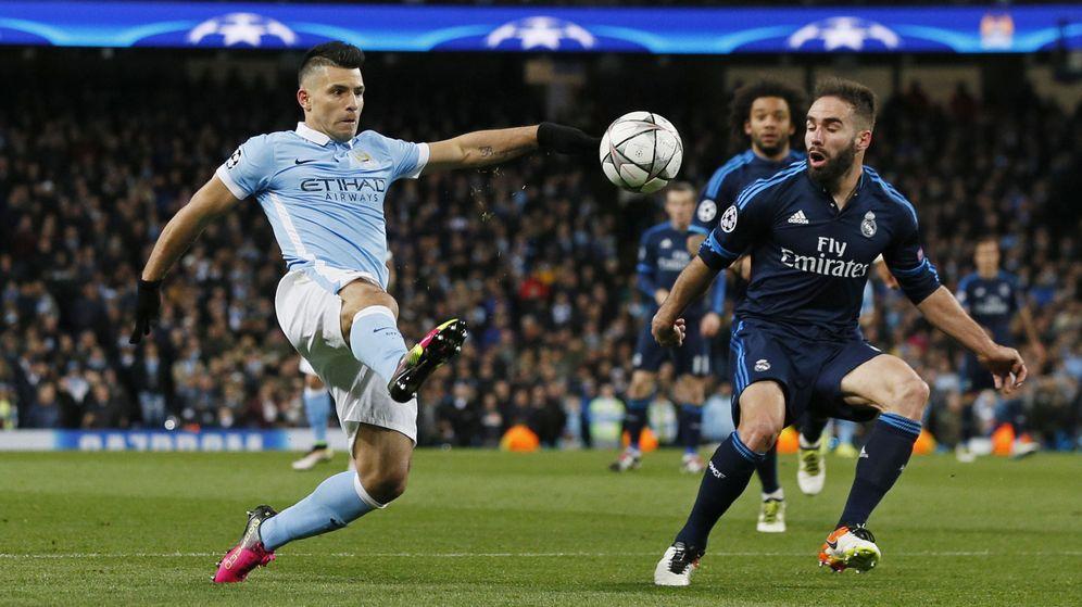 Foto: Carvajal, ante el Kun Agüero, durante el Manchester City-Real Madrid. (Reuters)