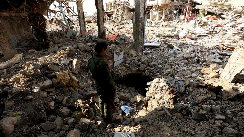 Un combatiente peshmerga inspecciona un túnel usado por el ISIS en la ciudad de Sinjar, en Irak, el 1 de diciembre de 2015 (Reuters)
