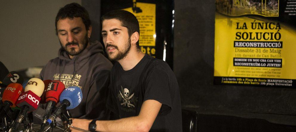 Foto: Los portavoces del colectivo de Can Vies, Marc Justicia (i) y Pau Guerra. (EFE)