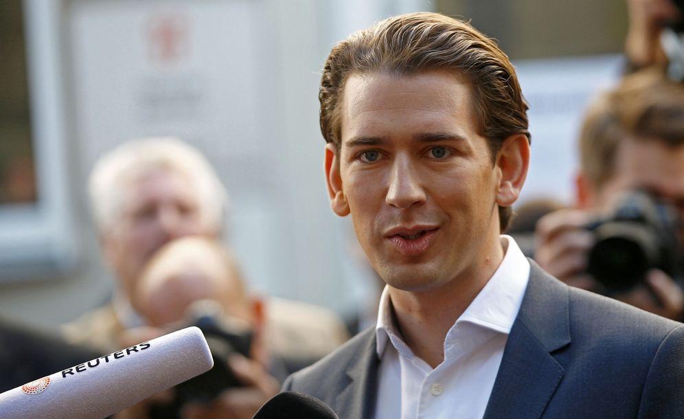 Foto: Sebastian Kurz, líder del Partido Popular austriaco, a su salida de un colegio electoral en Viena. (Reuters)
