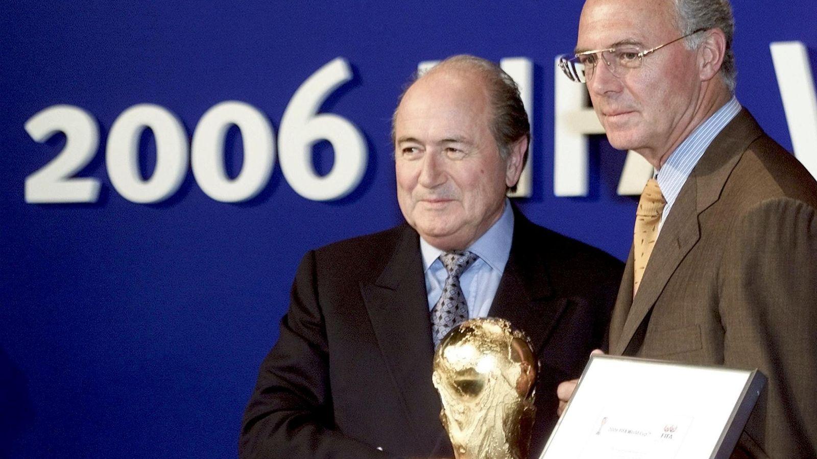 Foto: Franz Beckenbauer, junto a Joseph Blatter, después de que concederse el Mundial de 2006 (Efe).