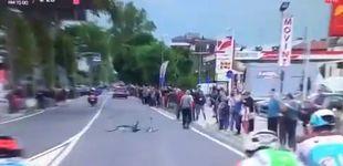Post de Casi acaba en tragedia: un encapuchado arroja una bicicleta a los ciclistas en el Giro