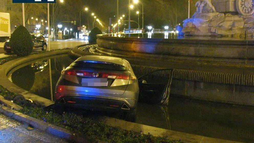 Dos jóvenes salen ilesos al estrellar su coche contra la fuente de la Cibeles