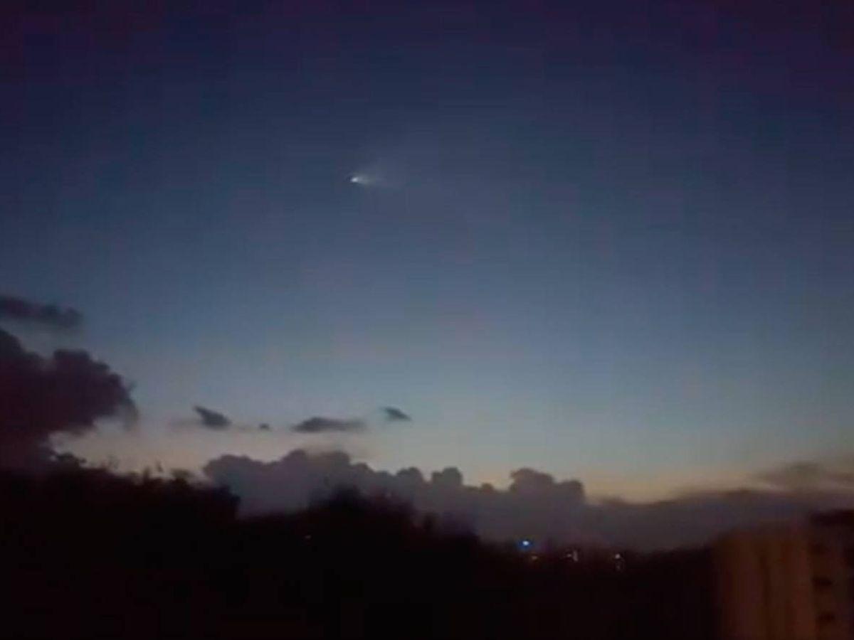 Foto: La entrada del satélite en la atmósfera pudo verse desde varios lugares del mundo (Foto: Twitter)