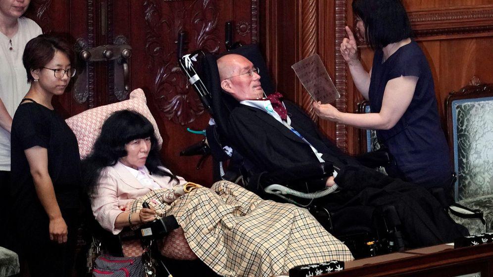 Foto: Eiko Kimura (izquierda) y Yasuhiko Funago, en su primera sesión parlamentaria (EFE)