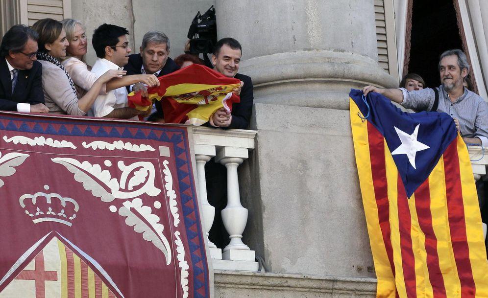 Foto: Colau, en el rifirrafe de banderas entre ERC y PP en el balcón del Ayuntamiento de Barcelona. (EFE)