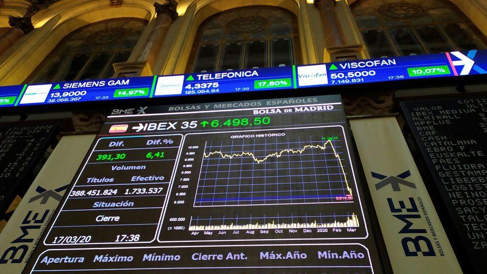 Foto: Pantallas del Ibex 35 en la Bolsa de Madrid. (EFE)