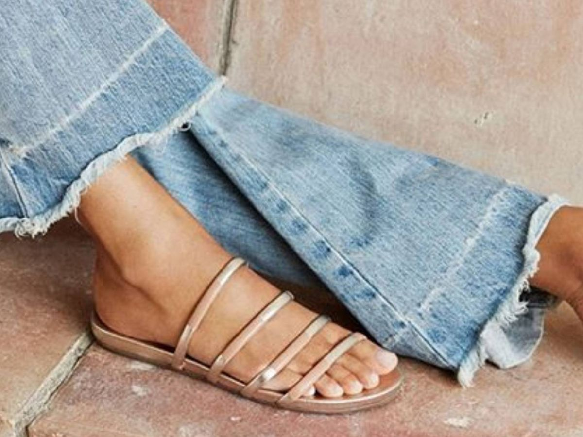 Foto: Apuesta por las sandalias planas este verano. (Instagram @pedrogarcia)