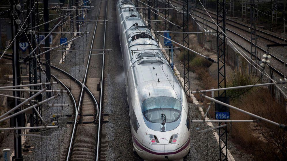 Foto: Uno de los trenes AVE de Renfe, a su salida de Barcelona.