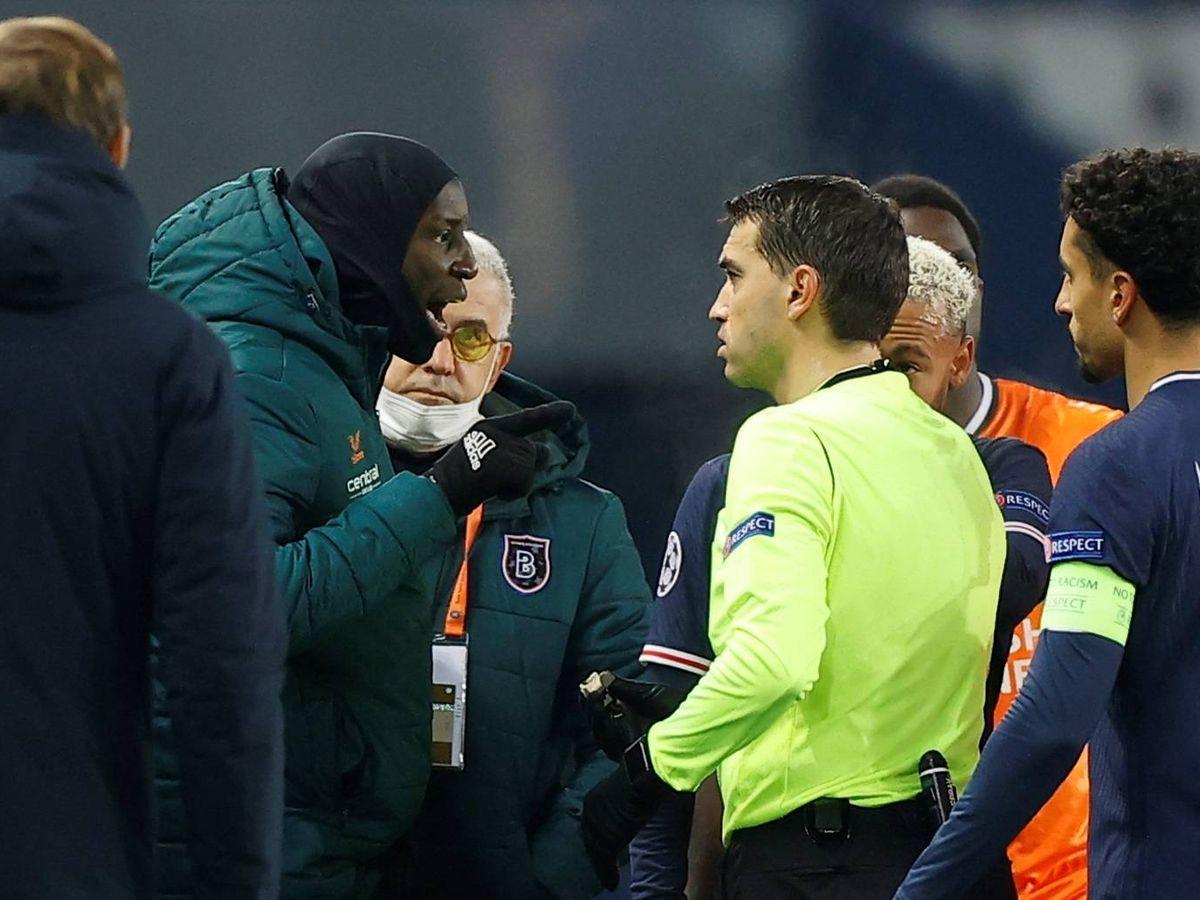 Foto: Demba Ba se enfrenta al equipo arbitral por un comentario racista. (EFE)
