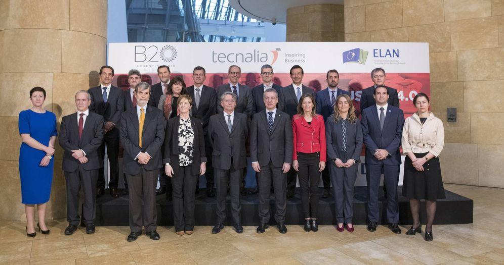 Foto: Urkullu posa en el Guggenheim con los integrantes del equipo de trabajo del B-20 y representantes de Tecnalia y el Gobierno vasco. (EC)