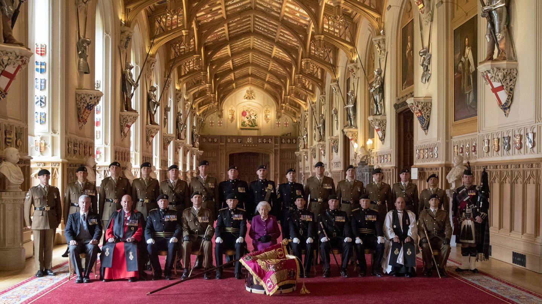La reina Isabel II y el Royal Tank Regiment en la emblemática sala. (Getty)