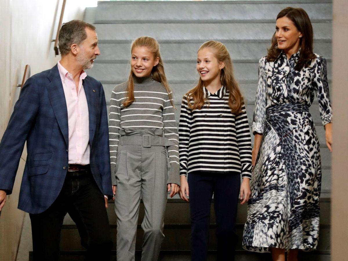 Foto: Los Reyes, con sus hijas. (EFE)