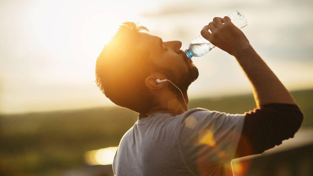 Foto: 2,5 litros de agua para los hombres adultos, y haciendo deporte, más. (iStock)