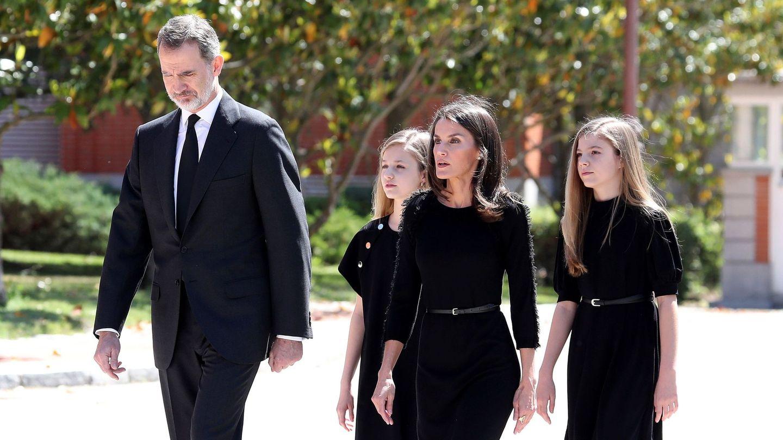 Los Reyes y sus hijas en el acto. (EFE)