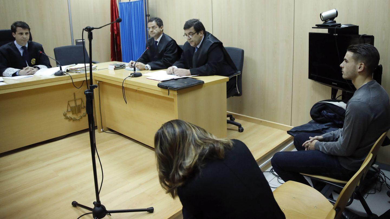 Lucas Hernández y su entonces novia, Amelia de la Ossa, durante el juicio oral por su enfrentamiento. (EFE)