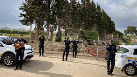 Policías mallorquines cantan en la calle para entretener a los vecinos confinados