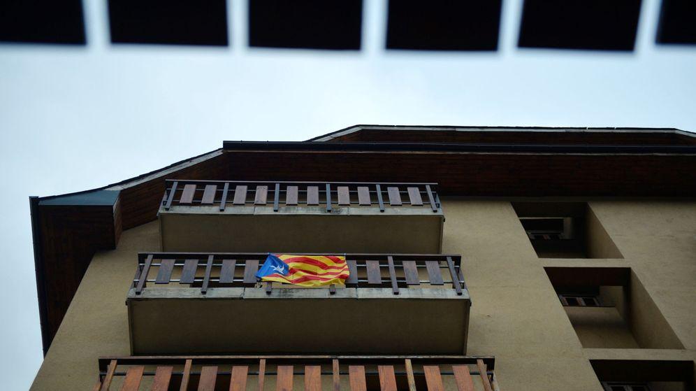 Foto: Una estelada colgada de un balcón en Cataluña. (Reuters)