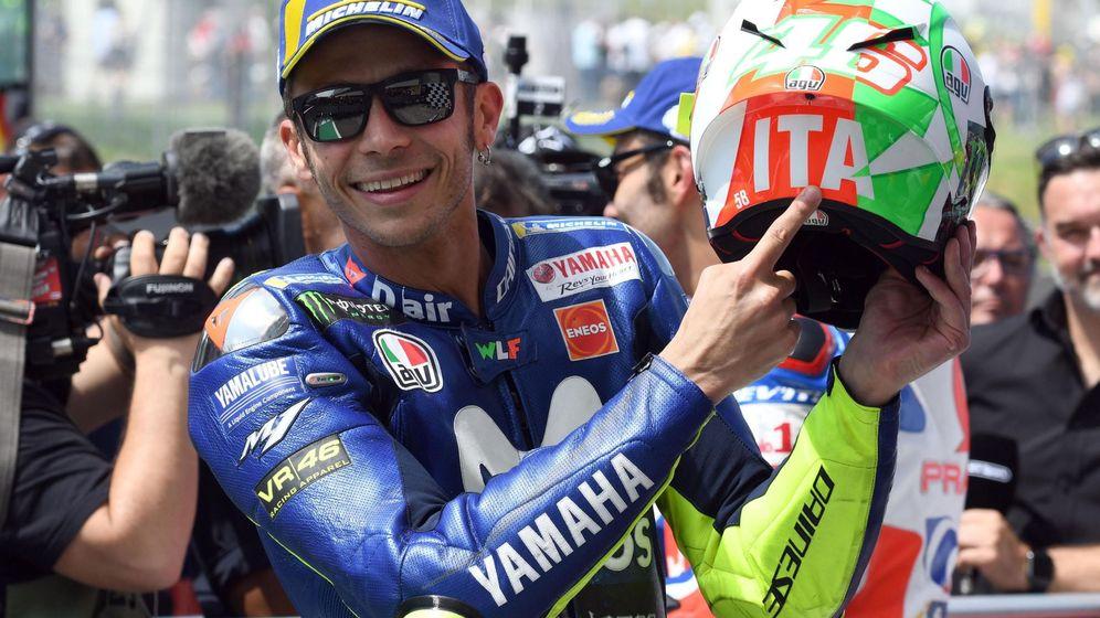 Foto: Valentino Rossi, radiante de felicidad, tras conseguir la pole en los entrenamienos del Gran Premio de Italia. (Efe)