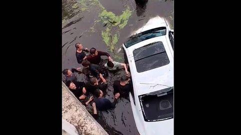 Un pueblo se une para rescatar a una familia que cayó con su coche a un río