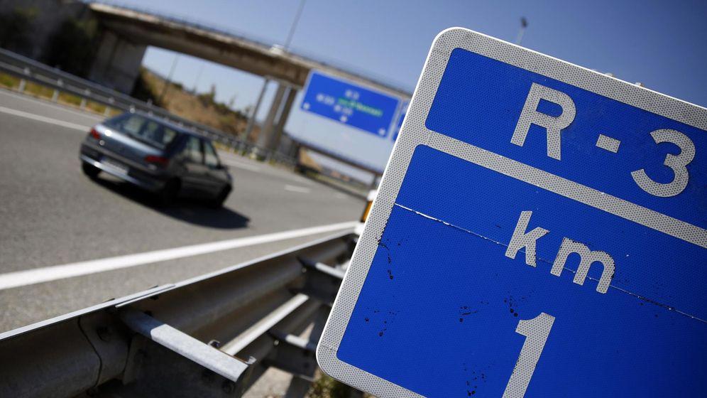 Foto: Un coche circula por la autopista de peaje R-3 en Madrid. (Reuters)