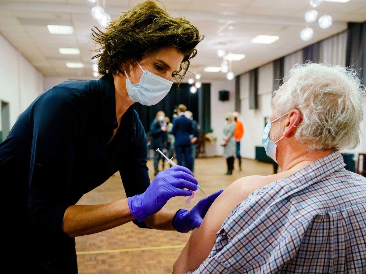 Foto: Vacunación con AstraZeneca a mayores. (EFE)