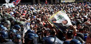 Post de La policía se lleva el féretro de Maradona de la capilla ardiente ante el descontrol público