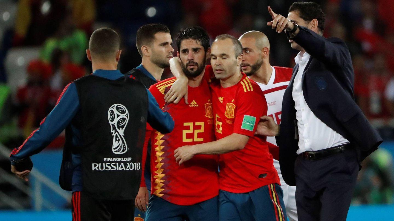 Hierro, junto a Isco e Iniesta, durante el partido contra Marruecos. (EFE)
