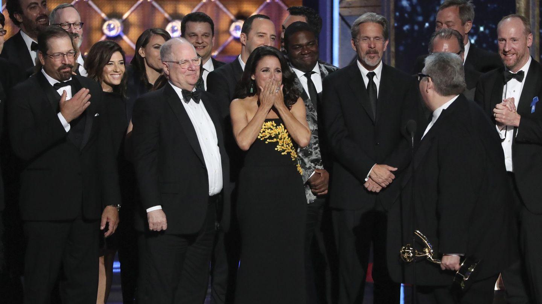 El equipo de 'Veep' celebrando su tercer Emmy consecutivo.