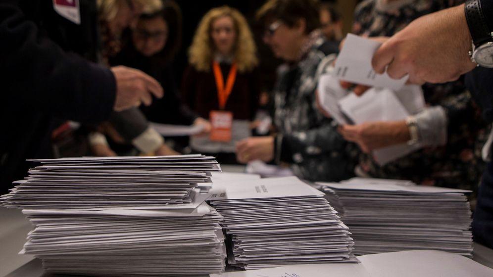 Foto: Recuento en una mesa electoral en Barcelona. (EFE)