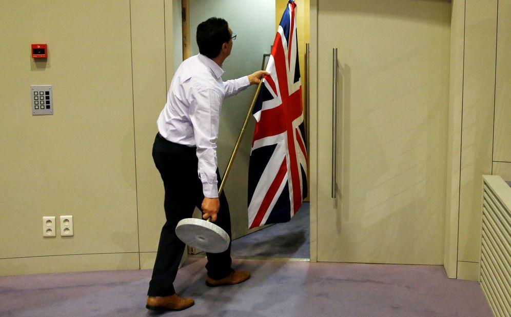 Foto: Imagen de archivo de un funcionario moviendo la bandera de Reino Unido antes de una rueda de prensa. (Reuters)