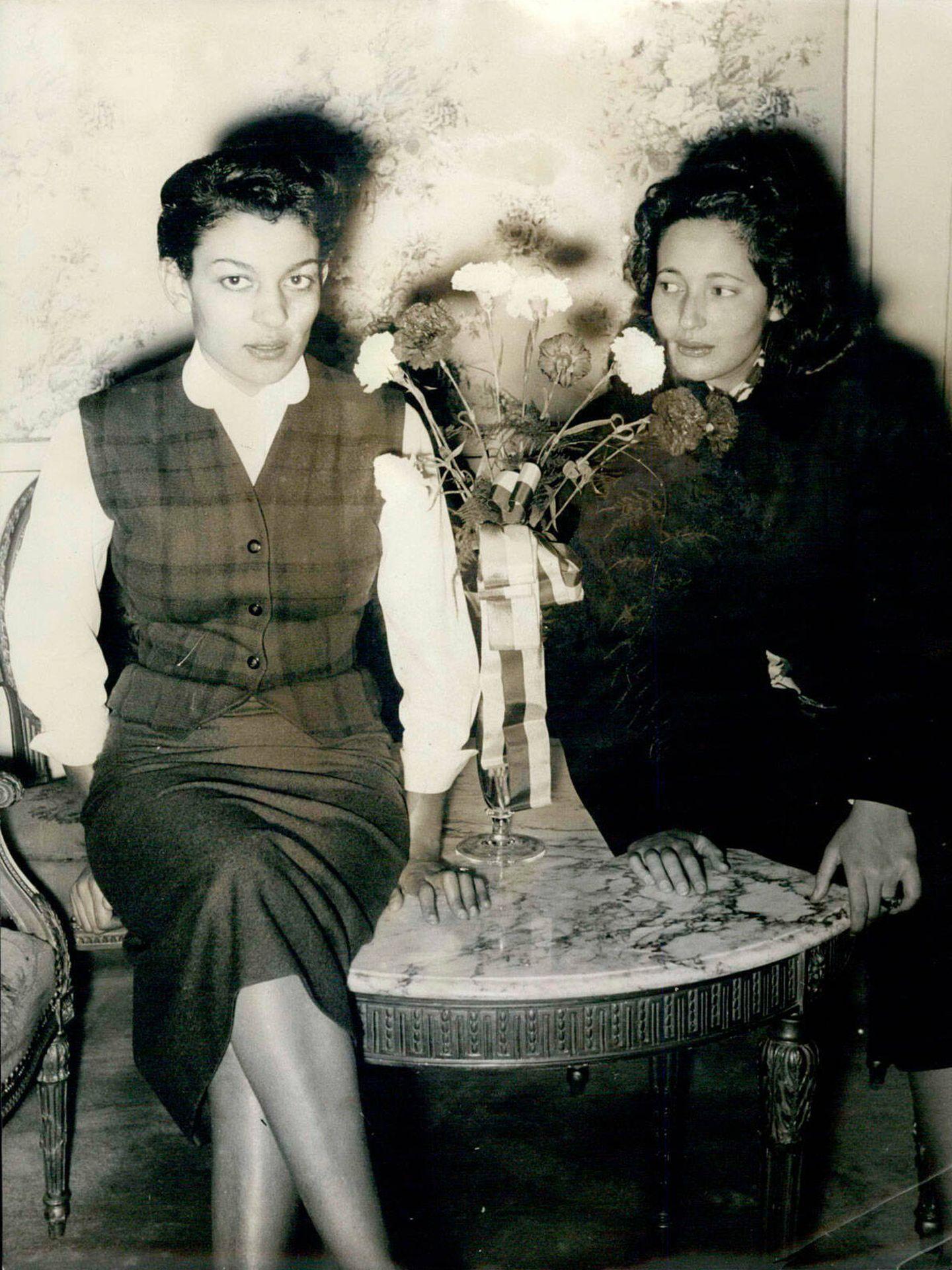 La princesa Lalla Malika, junto a su hermana Lalla Aisha, en 1956. (Alamy)