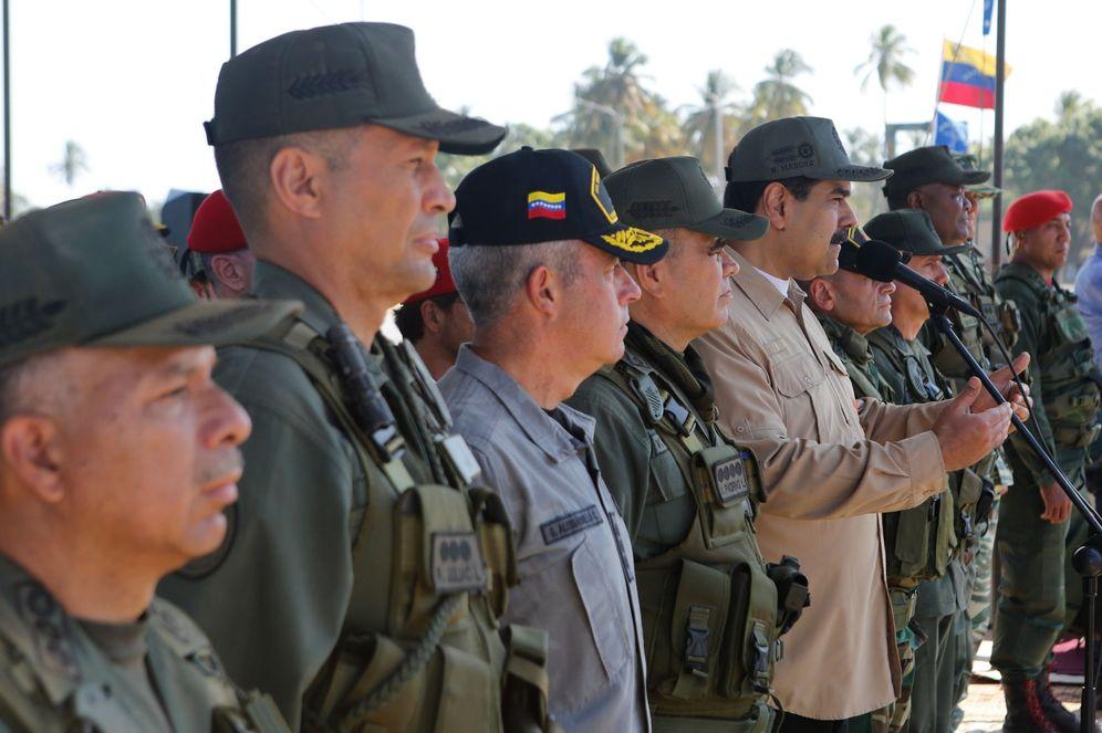 Foto: Fotografía cedida por prensa de Miraflores que muestra al presidente de Venezuela, Nicolás Maduro (c-d), mientras encabeza unas maniobras militares, en Caracas. (EFE)