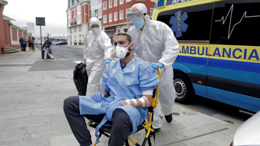 Foto: 'Chico' Flores, jugador del Fuenlabrada, en el momento de llegar al hotel tras salir del hospital. (Efe)