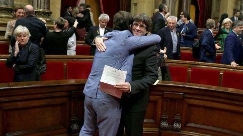 Abrazos a Puigdemont tras la declaración de la independencia de Cataluña