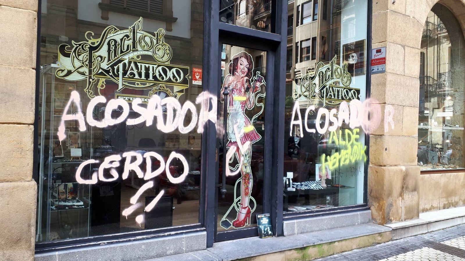 Foto: Exterior del estudio de tatuaje repleto de pintadas contra el responsable del negocio, que se enfrenta a once denuncias por acoso sexual. (EC)