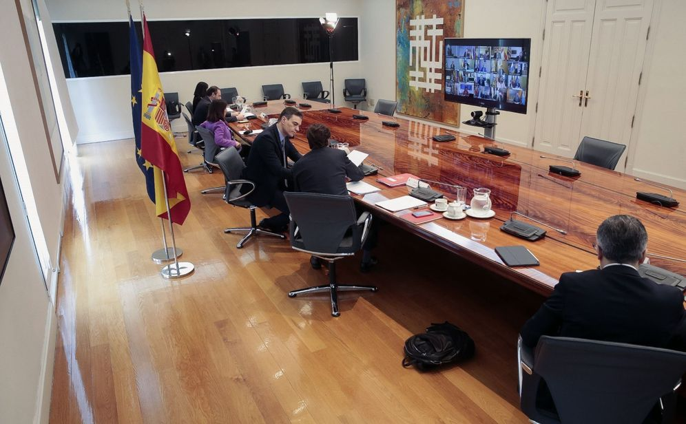 Foto: Pedro Sánchez y sus ministros, durante la sexta conferencia de presidentes, este 19 de abril en la Moncloa. (EFE)