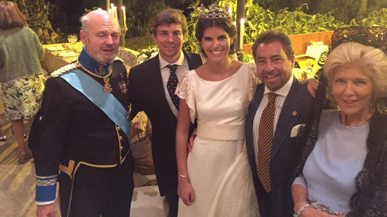 Los novios junto a los duques de Maqueda y el empresario Pepe García de Tejada y Llorente (Vanitatis)
