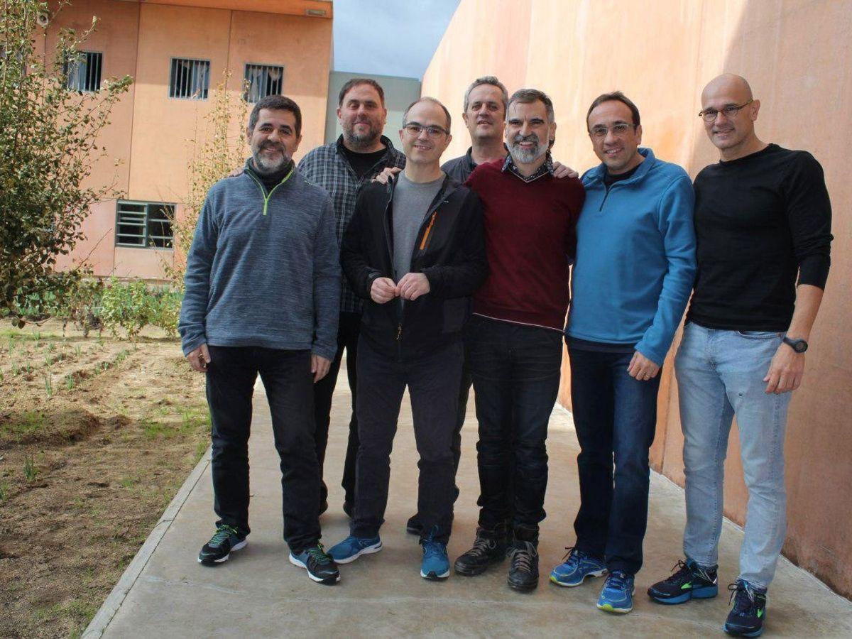 Foto: Imagen capturada de la cuenta oficial de Òmnium Cultural de Twitter de los siete dirigentes independentistas presos en la cárcel de Lledoners. (EFE)