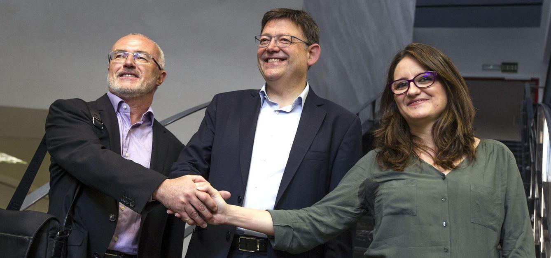 Los candidatos a la Presidencia de la Generalitat del PSPV, Ximo Puig (centro); Compromís, Mónica Oltra; y Podemos, Antonio Montiel; estrechan las manos antes del comienzo de la primera reunión. (EFE)