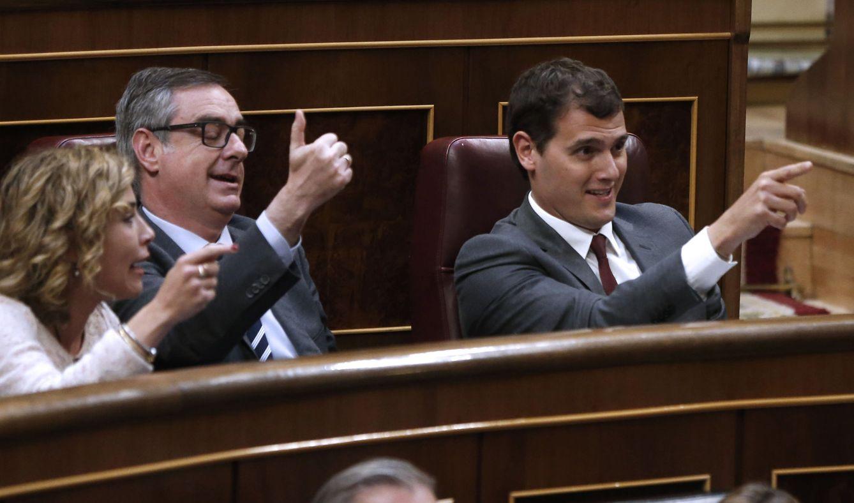 El presidente de Ciudadanos, Albert Rivera (d), y los diputados del partido José Manuel Villegas y Marta Martín, durante la intervención del líder de Podemos, Pablo Iglesias, en la pasada legislatura. (EFE)