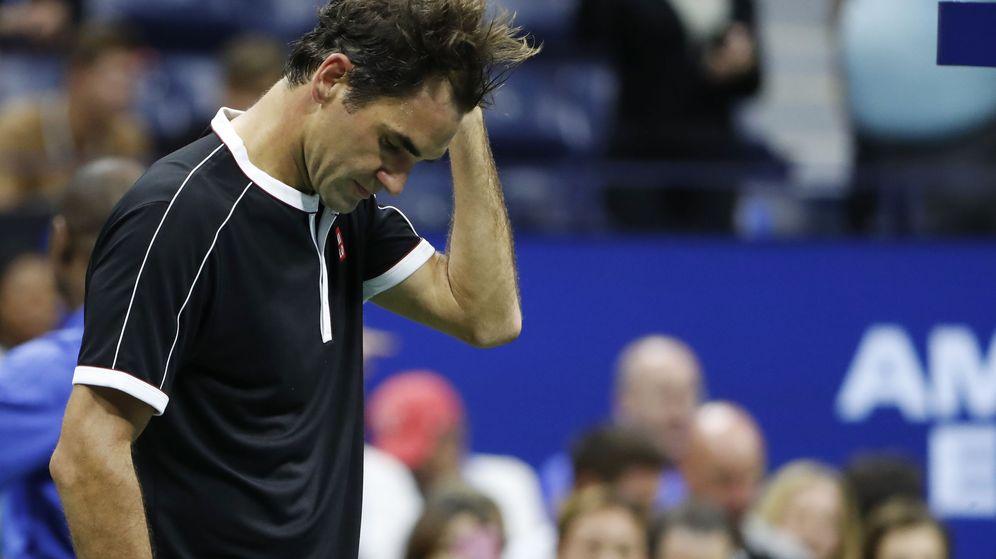 Foto: Roger Federer, cabizbajo tras caer contra Dimitrov en el US Open. (Reuters)