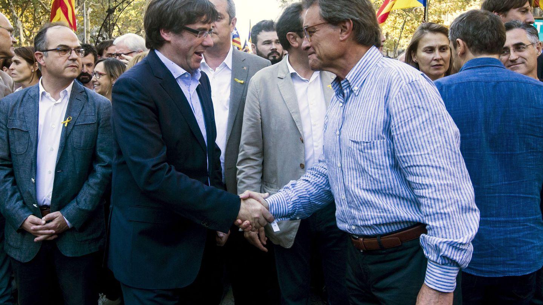 El presidente de la Generalitat, Carles Puigdemont, saluda a Artur Mas en la marcha en contra del 155. (EFE)