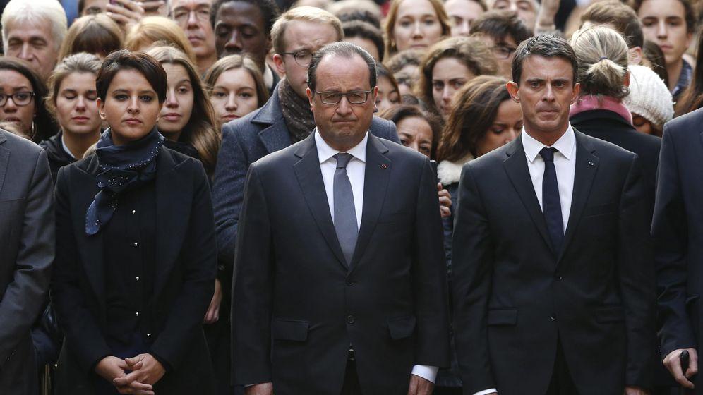 Foto: François Hollande junto al primer ministro, Manuel Valls, y la ministra de Educación, Najat Vallaud-Belkacem, guardan un minuto de silencio en memoria de las víctimas de los atentados. (Efe)