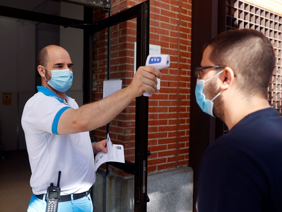 Foto: Un control de temperatura en el Centro de Salud de Los Ángeles, en Villaverde (Madrid). (EFE)